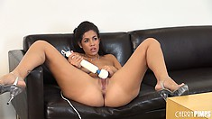 Isis Taylor puts a powerful massager on her clit and goes wild
