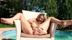 Mesmerizing blonde beauty pleases her aching pussy under the hot sun